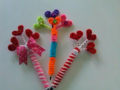 Plumas decoradas con limpiapipas manualidades en papel for Manualidades con plumas